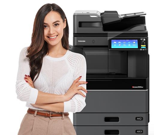 Donna vicino a stampante multifunzione Toshiba e-studio